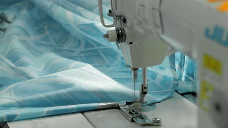 el sanatları : Hand sewing a material on a machine. Production blanket bed clothes Stok Video