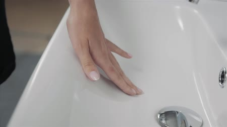 dezenfekte etmek : Close up of female hands cleaning bathroom sink, hand new furniture