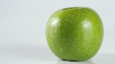tisztított : Perfect Fresh Green Apple Isolated on White Background with water drop in Full Depth of Field with Clipping Path macro.