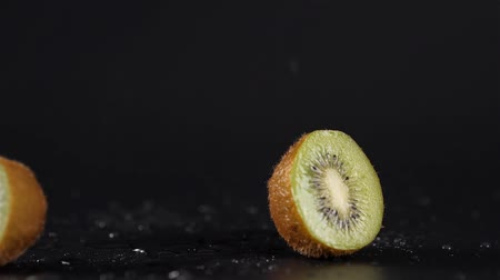 yarım uzunluk : Close up kiwi fruit cut in half macro studio drop