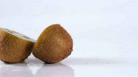 раздел : Close up kiwi fruit cut in half macro studio drop