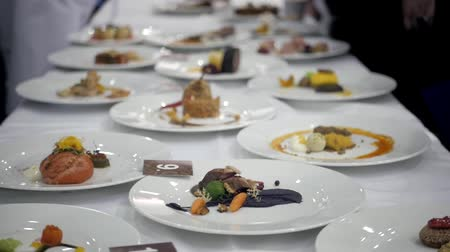 Set di piatti preparati in concorso concorso chef ristorante, michelin star restaurat food, catering evento expo contest Filmati Stock