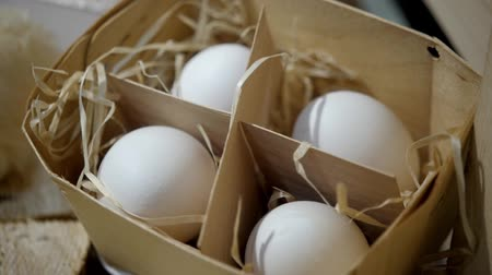 Primo piano di uova di gallina, Close of package with eggs, Eggs in tray, Pack of hen eggs Filmati Stock