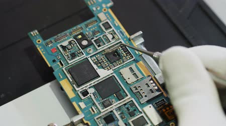 componentes : BGA chip soldering on the soldering station. Removal of temperature from the chip thermocouple. Close-up