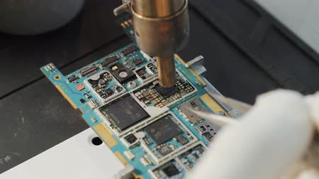 конденсатор : BGA chip soldering on the soldering station. Removal of temperature from the chip thermocouple. Close-up