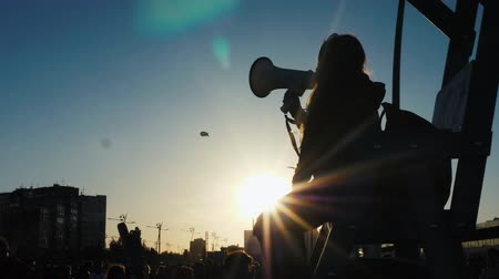 yüksek sesle : Man with a megaphone, the silhouette on sunset