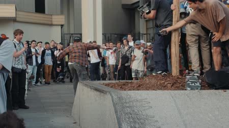 bin : 21 JUNE 2018, MOSCOW, RUSSIA, ARBAT, GO SKATEBOARDING DAY: crowd skaters, young professionals and amateur athlete boy is drive on skateboard, eco transportation, city streets, happy students drive on boards and longboards and doing tricks Stok Video