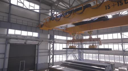 ağır çekimli : Close up of a factory overhead crane