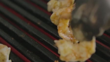 çeşnili : delicious prawn spit on grill with flames in background Stok Video