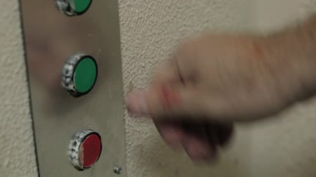 turning off : Hand pressing the red button.