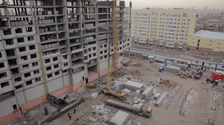 занятость : Building of the building in winter Стоковые видеозаписи