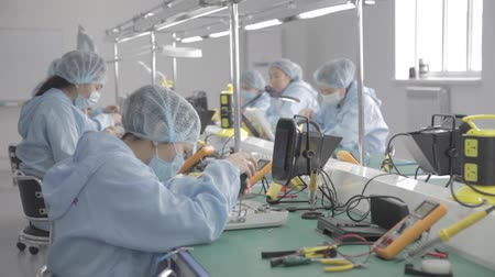 ремонтник : Microchip production factory. Technological process. Assembling the board. Chip. Professional. Technician. Computer expert. Manufacturing. Engineering.