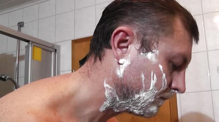 barbear : Men shaving in the bathroom Vídeos