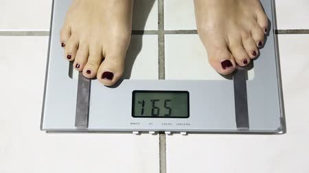 диабет : Woman on weight scales
