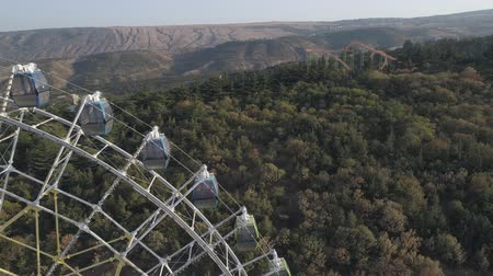 georgien : View of the ferris wheel in the park Mtatsminda in Tbilisi. Aerial video shooting.