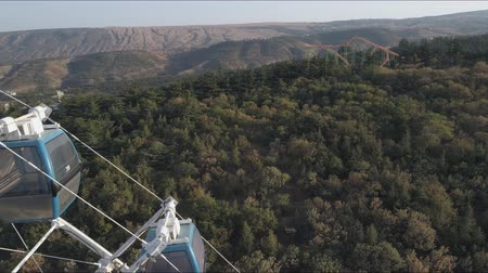 Грузия : View of the ferris wheel in the park Mtatsminda in Tbilisi. Aerial video shooting.