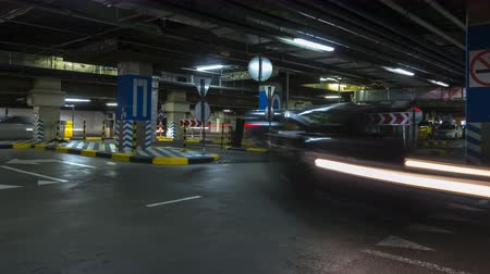 parc automobile : mouvement dans le parking souterrain de l'hypermarché, centre commercial, laps de temps