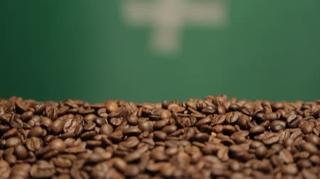 сырой : many coffee beans shot in motion with close-up chroma key background