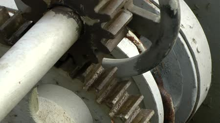 chains : Rotating gear wheels of anchor winch.