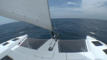 такелаж : The view from a catamaran sailing on the boundless sea. Стоковые видеозаписи