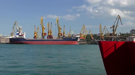przesyłka : Loading the ship in the port, the cranes work.