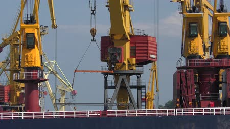 çimenli yol : The work of the port cranes.