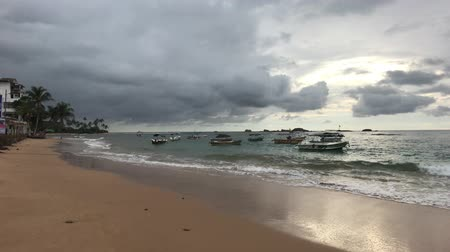 пагода : Hikkaduwa, Sri Lanka, stormy sky on the beach 4K