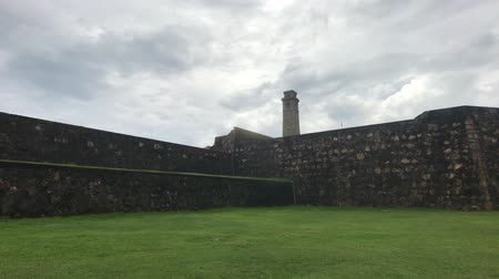 wandklok : Galle, Sri Lanka, the main wall of the fortress against the clock tower 4K Stockvideo