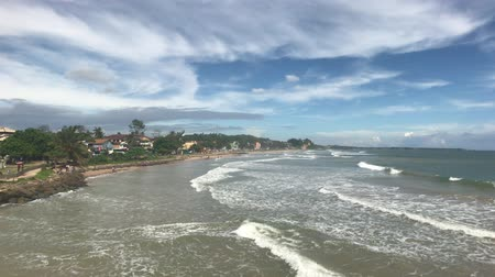 buda : Matara, Sri Lanka, waves and clouds in good weather 4K Vídeos