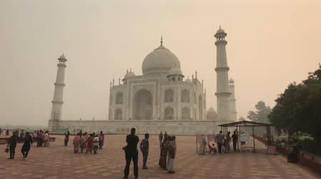 geliştirmek : Agra, India, November 10, 2019, Taj Mahal, tourists on a pass check before entering 4K
