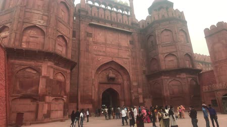 hindou : New Delhi, Inde, 11 novembre 2019, un touriste émerge de la construction d'un ancien fort 4K