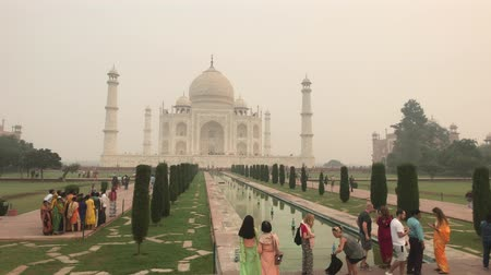 geliştirmek : Agra, India, November 10, 2019, Taj Mahal, tourists gather along the pool 4K