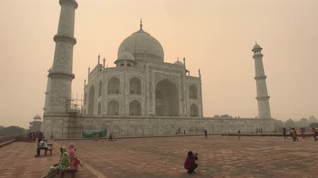 geliştirmek : Agra, India, November 10, 2019, Taj Mahal, tourists take pictures of the sights 4K Stok Video