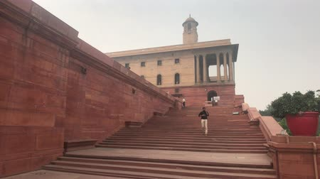 geliştirmek : New Delhi, India, November 11, 2019, tourists climb the stairs of the citys reach 4K Stok Video