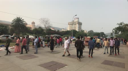 spousta : Jaipur, India - November 03, 2019: a city street with lots of tourists 4K Dostupné videozáznamy