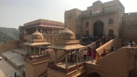 geliştirmek : Jaipur, India, November 05, 2019, Amer Fort, large number of tourists at different levels of the building 4K