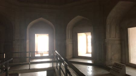 geliştirmek : Agra, India, November 10, 2019, Taj Mahal, window openeds inside the mosque 4K Stok Video