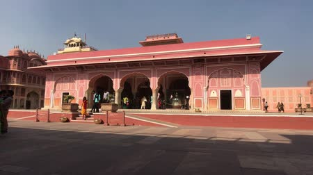 Дели : Jaipur, India - November 04, 2019: City Palace and tourists walking along the pink walls part 4 4K
