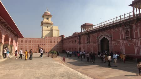 âmbar : Jaipur, India - November 04, 2019: City Palace Square with tourists against the backdrop of a clock tower 4K