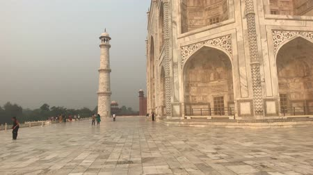 hindou : Agra, India, November 10, 2019, Taj Mahal, tourists view the beauty of the mosque 4K