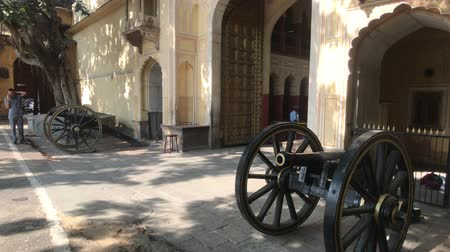 âmbar : Jaipur, India - November 04, 2019: City Palace tourist walks along old military guns 4K
