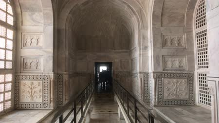 geliştirmek : Agra, India, November 10, 2019, Taj Mahal, tourists walk through the interior 4K