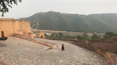 âmbar : Jaipur, India, November 05, 2019, Amer Fort, tourists descend the road leading from the fort 4K