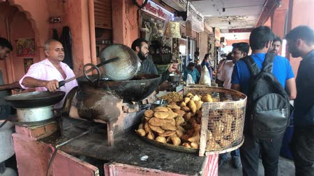 geliştirmek : Jaipur, India - November 03, 2019: tourists buy street food 4K