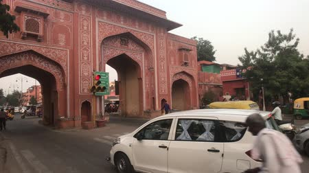 desenvolver : Jaipur, India - November 03, 2019: transport passes through city gates 4K