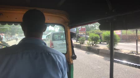 geliştirmek : Jaipur, India - November 03, 2019: Motorrickshi driver drives around town 4K