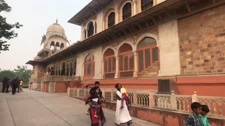 geliştirmek : Jaipur, India - November 03, 2019: Tourists walk along the building with beautiful windows 4K Stok Video