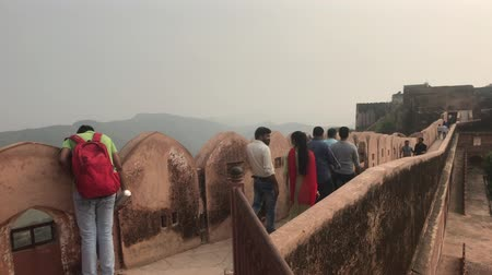 geliştirmek : Jaipur, India - November 03, 2019: Jaigarh Fort tourists walk along the walls of the old fortress on top of the mountain part 8 4K Stok Video