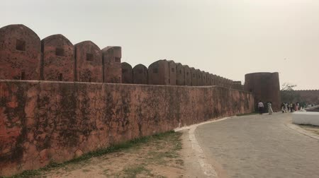 hindoe : Jaipur, India - November 03, 2019: Jaigarh Fort tourists walk along the walls of the old fortress on top of the mountain4K