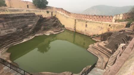hinduizmus : Jaipur, India - Abluist pool inside the fortress 4K Stock mozgókép